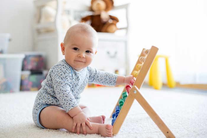Baby mit Lernspielzeug (depositphotos.com)