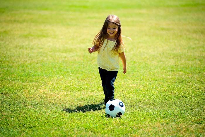 Mädchen mit Fussball