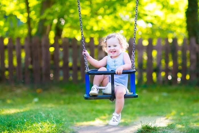 Kleinkind auf Schaukel (depositphotos.com)