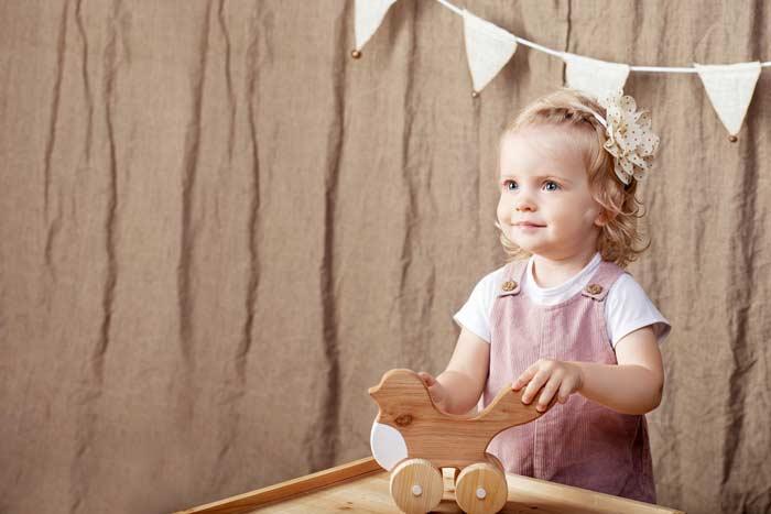 Kleinkind mit Lernspielzeug aus Holz (depositphotos.com)