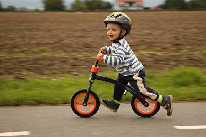 Kind mit Lauffahrrad (depositphotos.com)